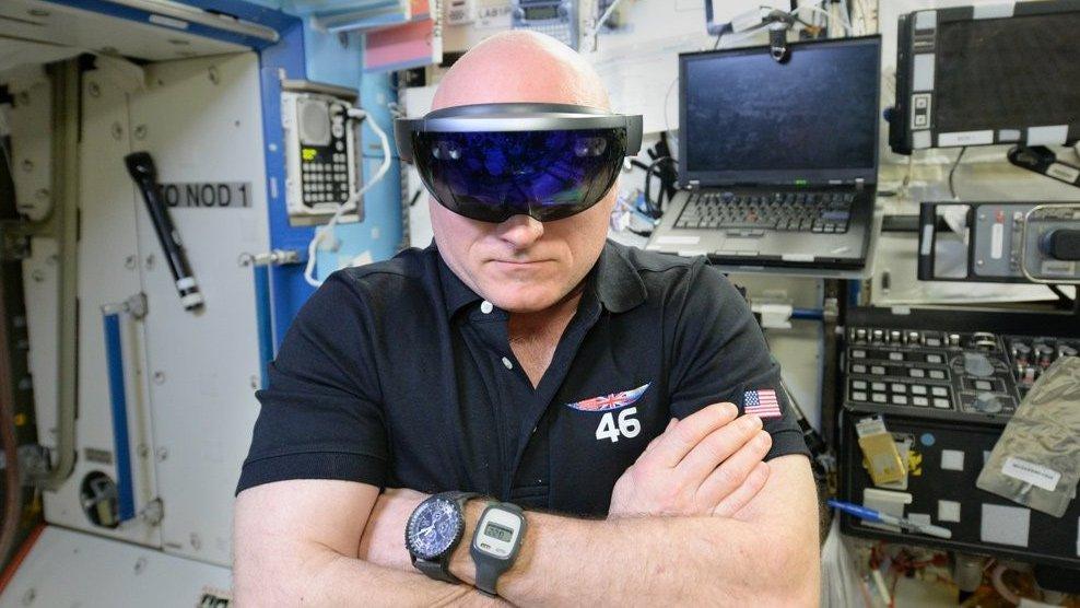 microsoft-hololens-virtual-reality-vr-pc-tablet-media