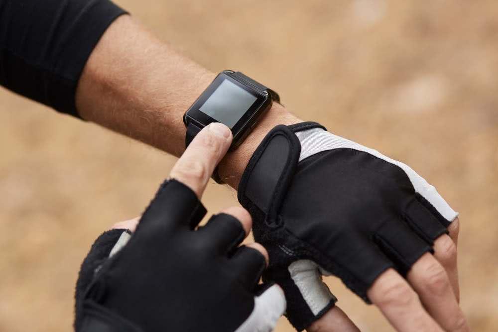runner using monitor training running smartwatch checking performance 1