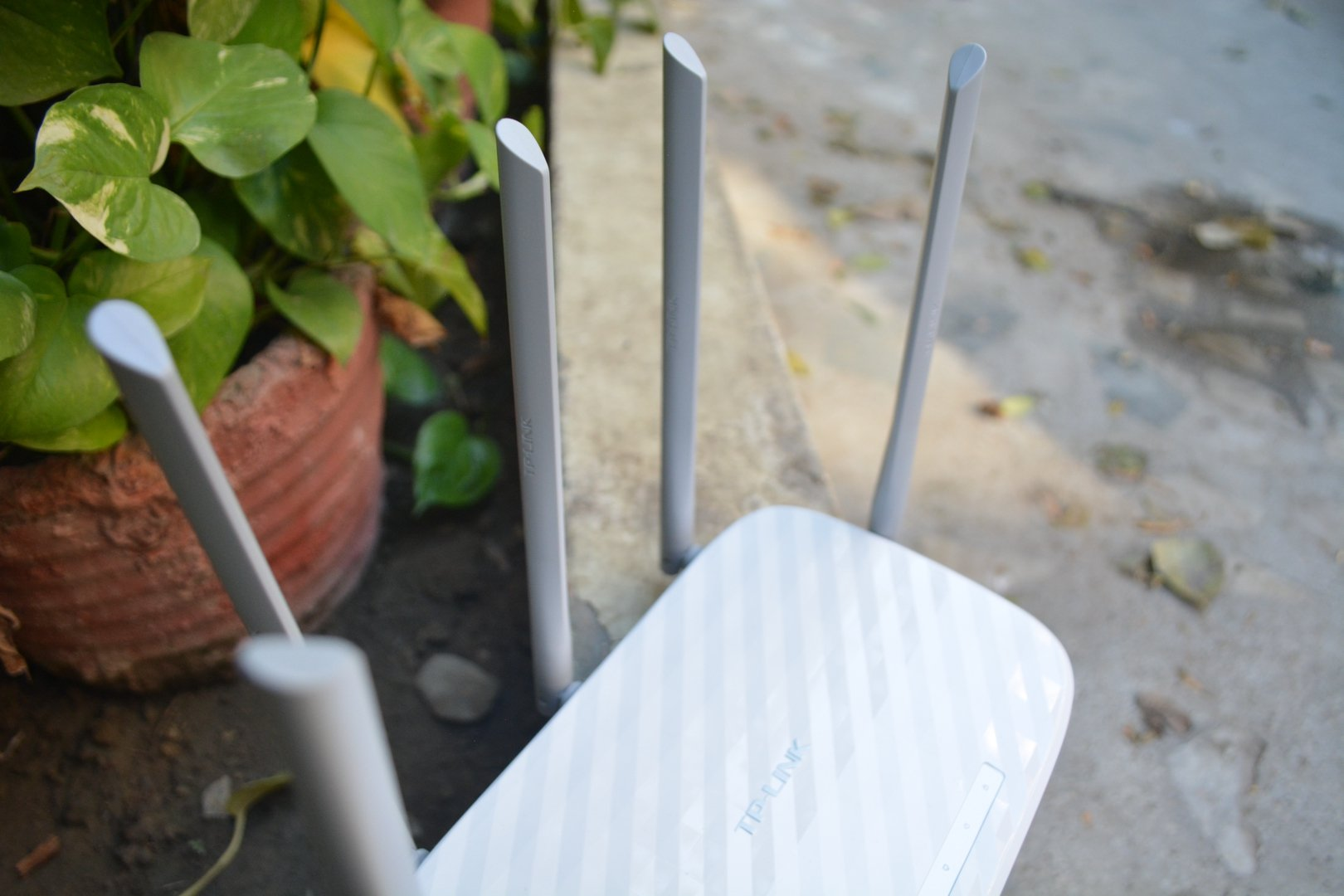 Tp link archer c60 router review the archer c60 ac 1350 is big and the design is a bit different from what you usually see in any regular wi fi router the router looks fantastic with a greentooth Images